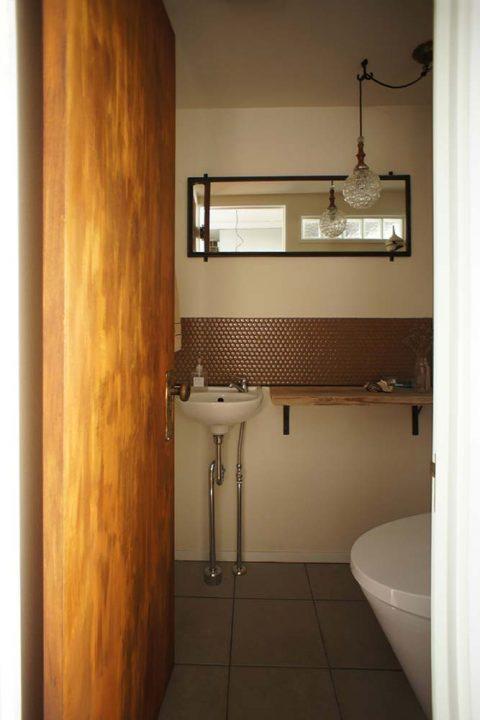 トイレ、タイル、ドア塗装、リノベーション