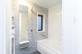 バスルーム、浴室、タイル、グレー、リノベーション、一歩