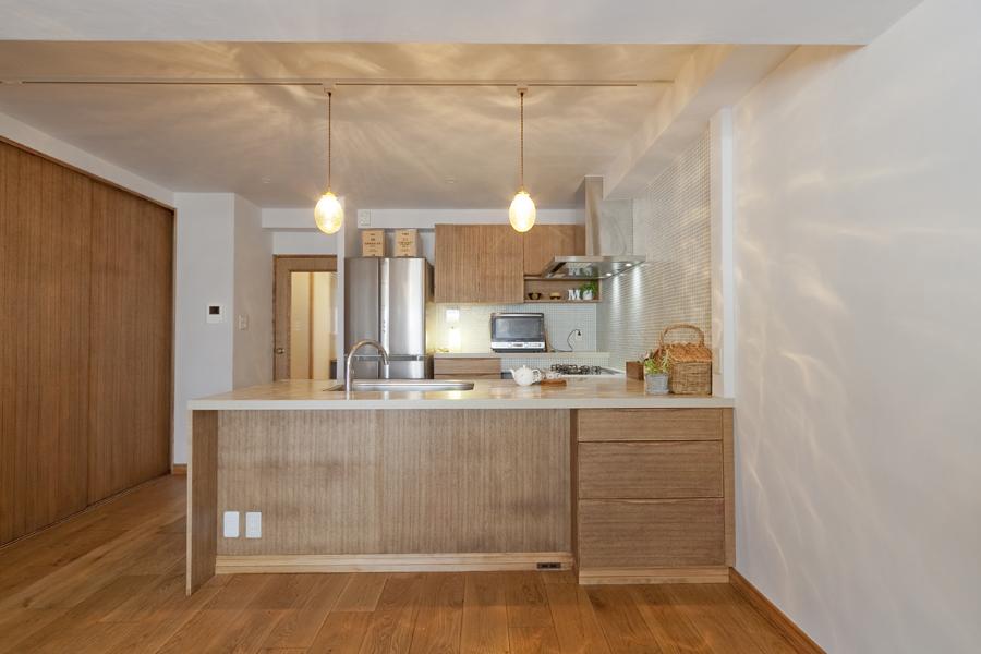 キッチン、対面、自然素材、間接照明、作業台、マンション、グラデン
