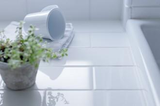 ホワイトタイル、タイル壁、洗面台、自然光、採光、リノベーション、グラデン