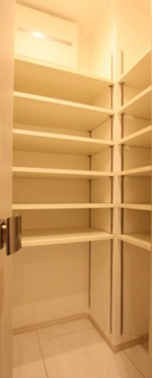 玄関、収納、シューズクローク、タイル床、可動棚、マンションリノベーション、リノステージ