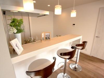 「リノステージ」のリノベーション事例「充実したライフスタイルを予感させるハイカウンターのあるキッチン」