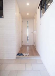 玄関、入り口、タイル、土間、室内窓、寝室、通気口、リノベーション、プラスエム・アーキテクツ