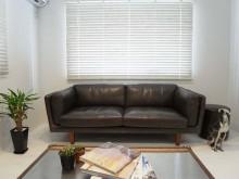 リビング、重厚感、ソファ、ブラインド、2面窓、戸建、リノベーション、ロクサ