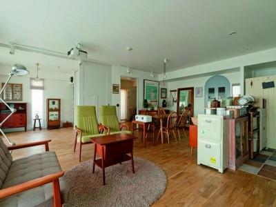 「株式会社デン・プラスエッグ」のリノベーション事例「サヴィニャックのポスターが似合う、家具がゆったりと配されたLDKに」