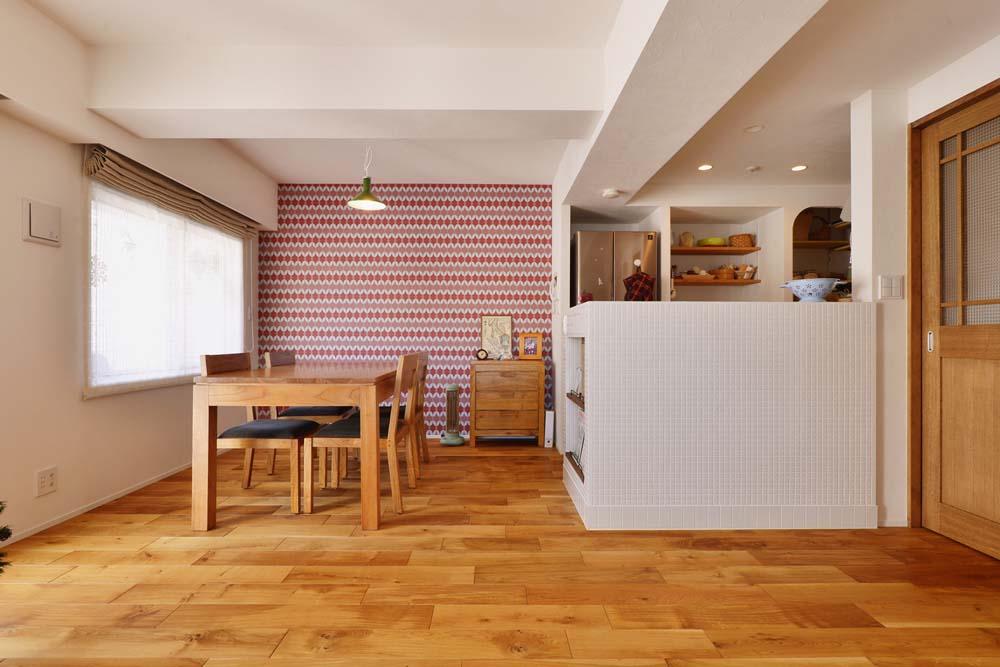 「スタイル工房」のリノベーション事例「海外輸入のクロスとタイルを組み合わせた、あたたかみのある家」