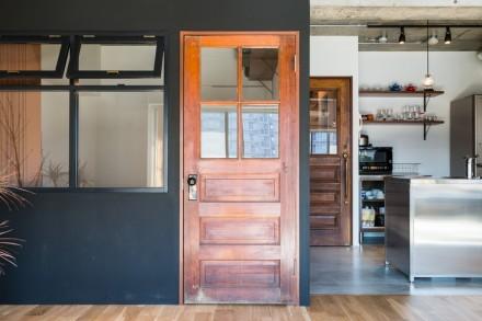 建具、アンティークドア、黒塗装、壁、動線、ハウズライフ