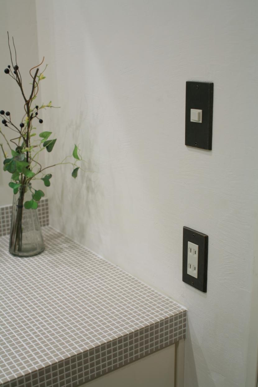 スイッチカバー,黒いスイッチカバー,漆喰の壁,洗面,FILE