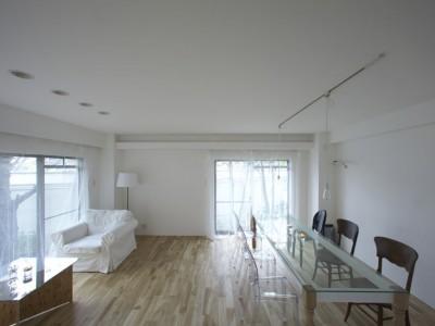 「9株式会社」のマンションリノベーション事例「白が映えるスタイリッシュな庭付き再販マンションリノベーション」