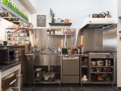 「アンメゾンワールド株式会社」のリノベーション事例「業務用キッチンが主役! サニタリーは既存の設備をフル活用」