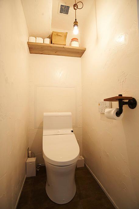 トイレ、裸電球、漆喰、塗り壁、リノベーション