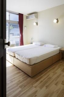 寝室、無垢フローリング、ベッドルーム、リノベーション、レトロ、照明、アンティーク