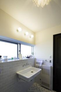 洗面所、サニタリールーム、バスルーム、洗面ボウル、レトロ、タイル床、タイル壁、リノベーション