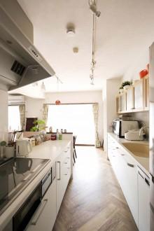 ヘリンボーン床、キッチンカウンター、リノベーション、無垢フローリング、秀建、パーケットフローリング