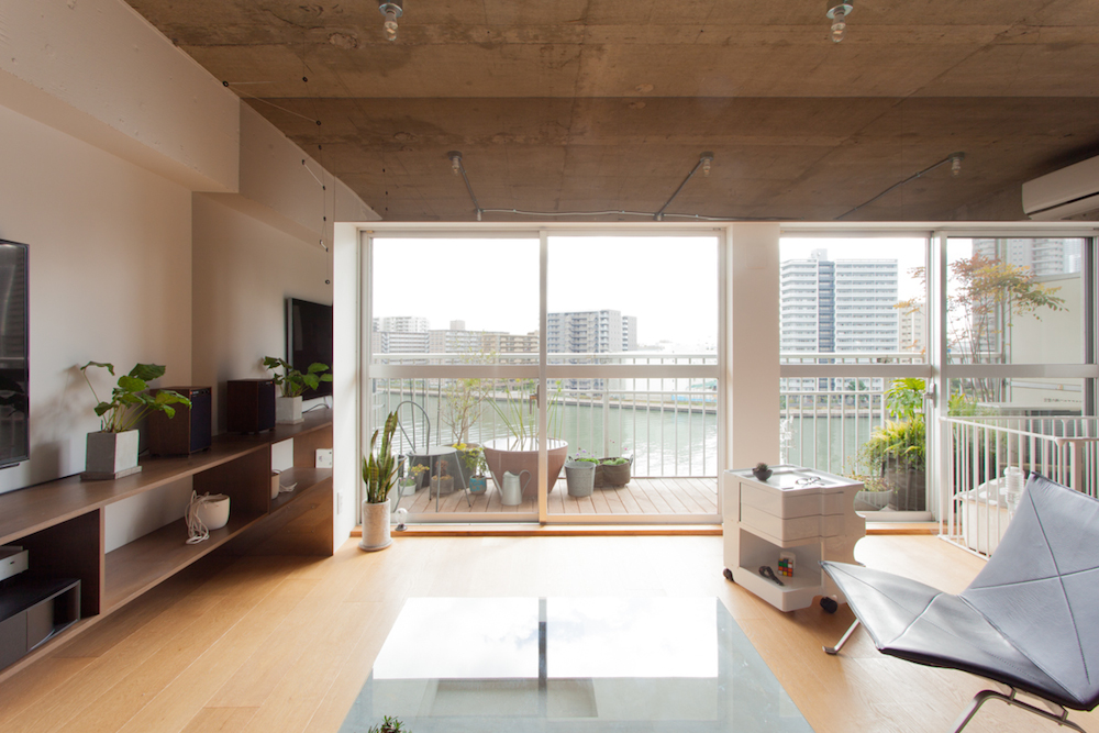 「EcoDeco」のリノベーション事例「運河に浮かぶアートディレクターの家」