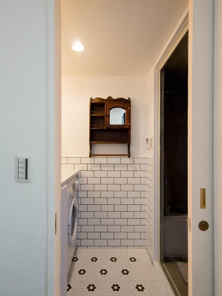 洗面室、洗面台、サニタリールーム、アンティーク、タイル貼、クラシック、リノベーション