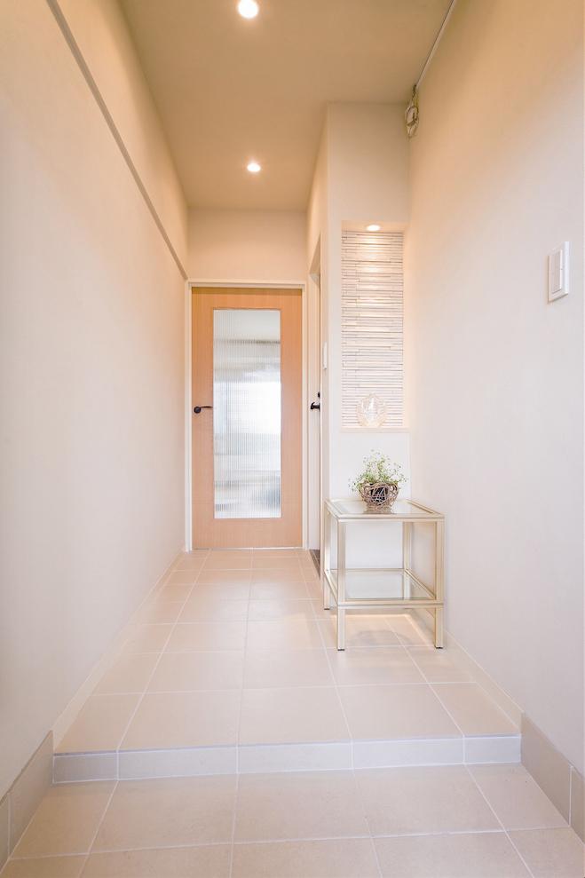 玄関、廊下、ボーダータイル、タイル壁、タイル敷、飾り棚、すむ図鑑、リノベーション