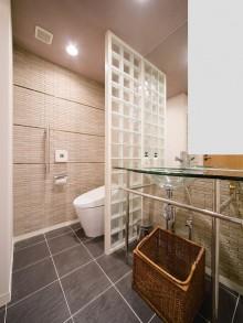 トイレ、レストルーム、ガラスブロック、ボーダータイル、タイル床、すむ図鑑、リノベーション
