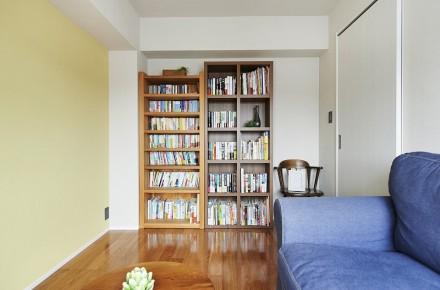 図書室、無垢フローリング、アクセントクロス、リノベーション、本棚