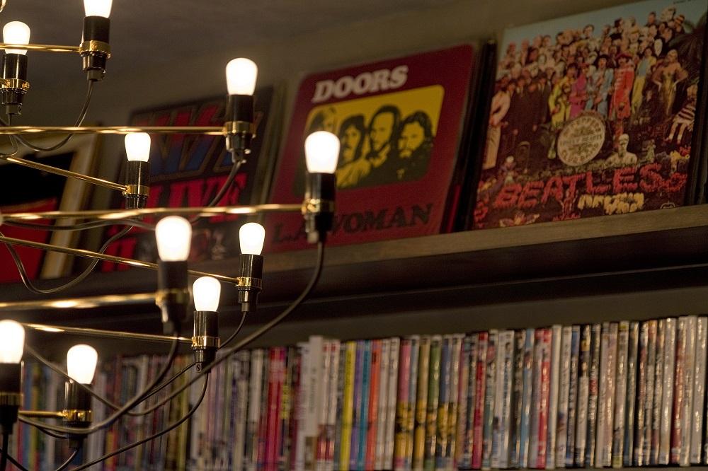 マンションリノベーション、リノベーション、ハコリノベ、リビングダイニング、照明、シャンデリア、本棚、趣味部屋