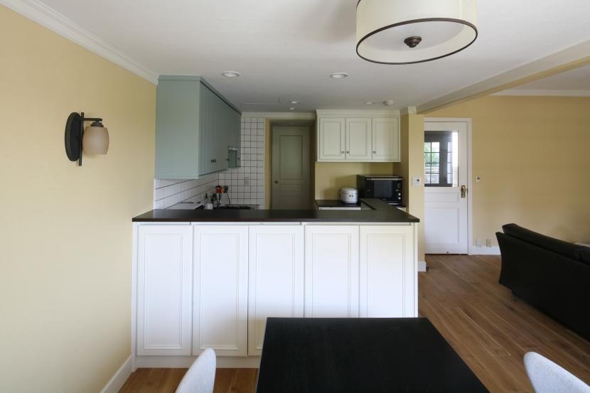 「株式会社FILE」のリノベーション事例「白い建具とペールトーンが映える美しい家」
