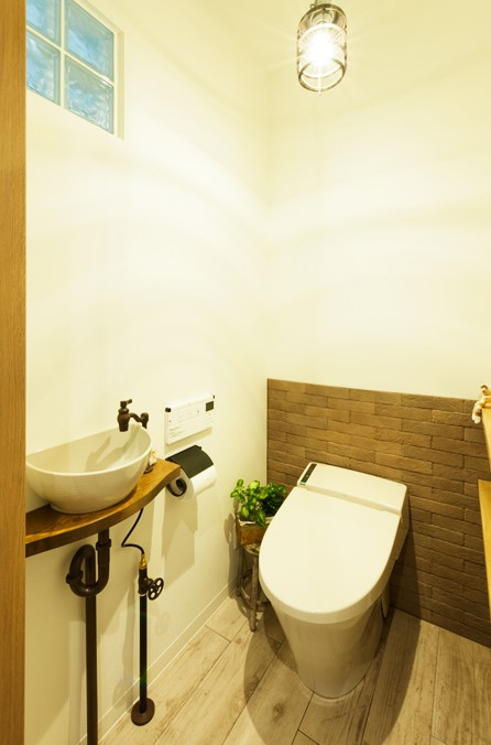 トイレ、レストルーム、レンガ壁、ガラスブロック、ナチュラル、シンプル、無垢材、トラスト、戸建リノベーション