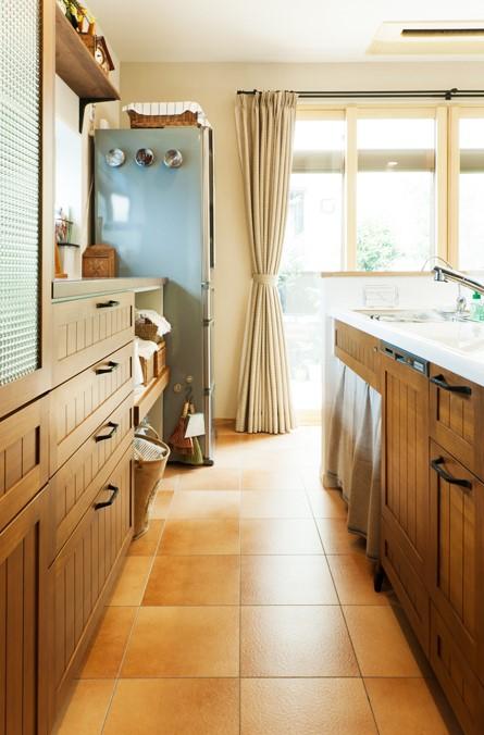 タイル床、キッチン、カウンターキッチン、ナチュラル、カントリー調、無垢材、トラスト、戸建リノベーション