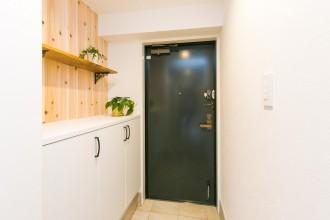 玄関、玄関収納、無垢板、パネリング、ナチュラル、マンションリノベーション、リノベーション、自然素材