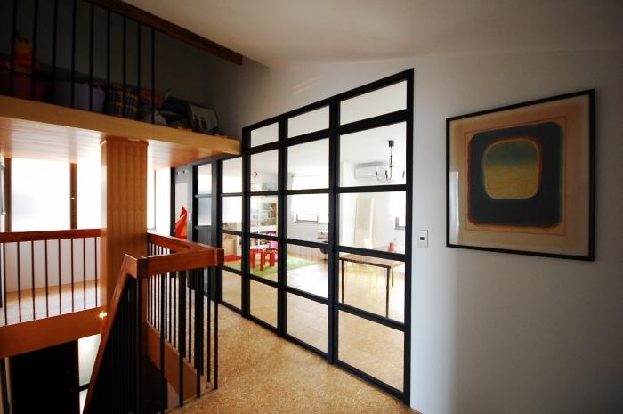 室内窓、吹き抜け、リノベーション、海外アパルトマン、階段、G-FLAT