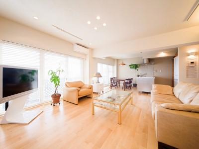 「One's Life ホーム」のリノベーション事例「■無機質素材×有機質素材のミックス■カバザクラの床と装飾タイルが演出する空間」