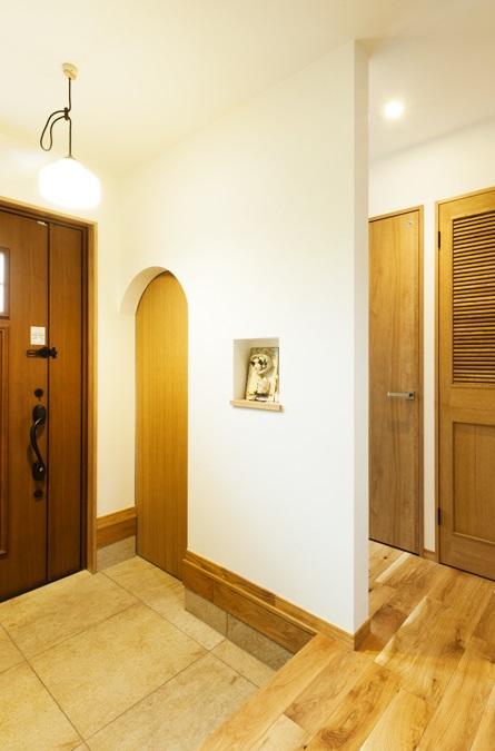 玄関、シューズクローク、玄関収納、アーチ開口、ナチュラル、カントリー調、無垢材、トラスト、戸建リノベーション