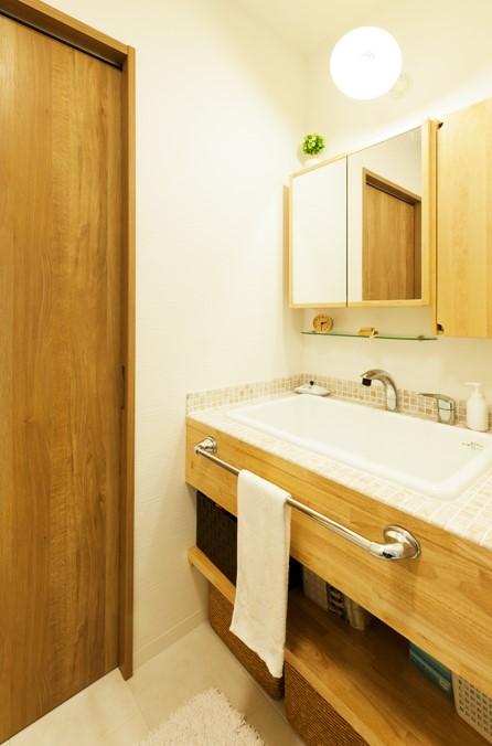洗面スペース、タイル、洗面台、ナチュラル、シンプル、無垢材、トラスト、戸建リノベーション