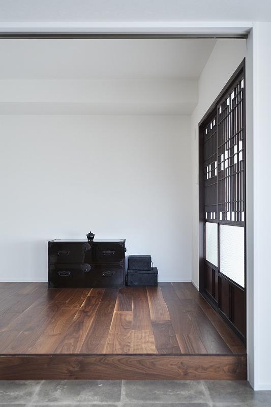 和テイスト、小上がり、格子戸、ダイニング、キッチン、タイル床、リノベーション、インテリックス空間設計、古民家風
