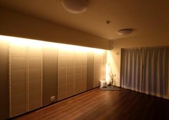 アクセントクロス、エコカラット、アクセントウォール、居間、リノベーション、間接照明、リビング