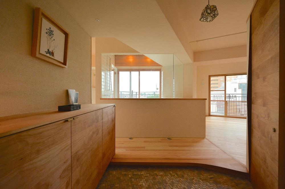 「ハンズデザイン一級建築士事務所」のリノベーション事例「室内の中心に至福のバスルーム。通気性と採光を感じるリノベーション」