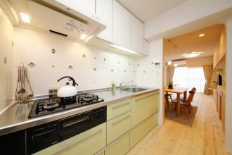 タイル貼、キッチン、システムキッチン、無垢フローリング、自然素材、水工房、リノベーション、シラス塗り壁、パイン材