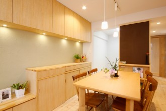 リビング収納、収納、作りつけ、壁面収納、天然木、無垢材、無垢フローリング、自然素材、水工房、リノベーション、シラス塗り壁、パイン材