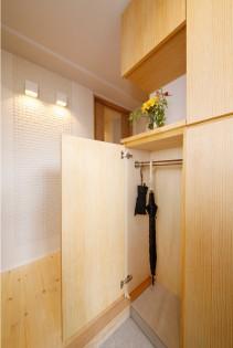 玄関、玄関収納、無垢材、シューズボックス、シュークローク、靴箱、タイル床、エコカラット、自然素材、水工房、リノベーション