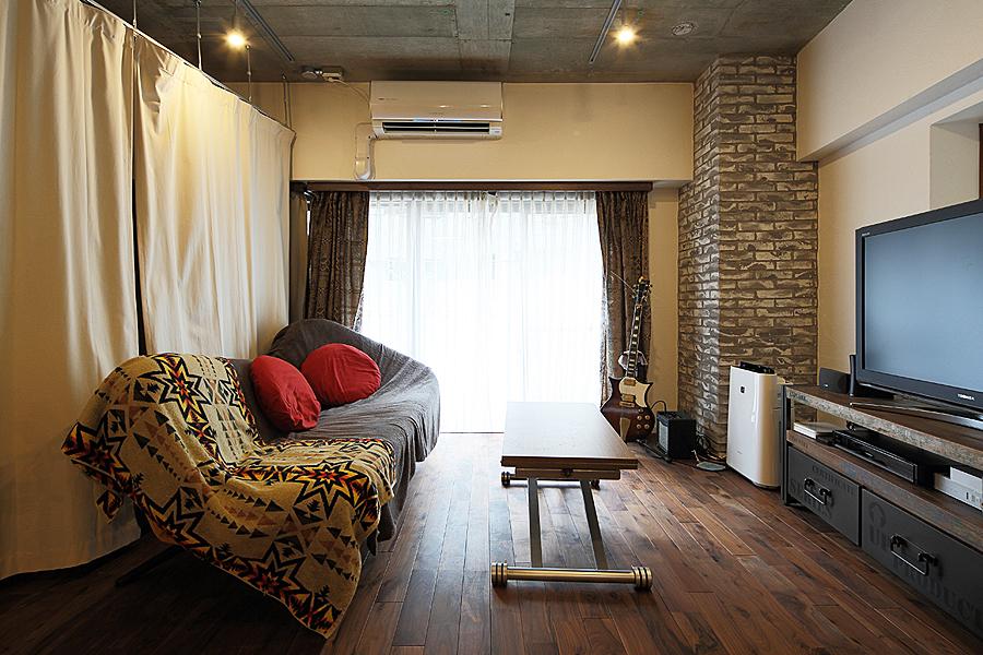 壁面収納、本棚、見せる収納、リビング、ワンルーム、リノベーション、無垢フローリング、トラスト、自然素材、アクセントウォール