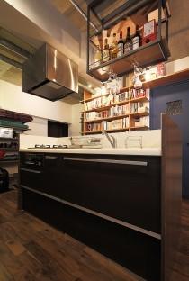 壁面収納、本棚、見せる収納、リビング、ワンルーム、リノベーション、無垢フローリング、トラスト、自然素材、キッチンカウンター