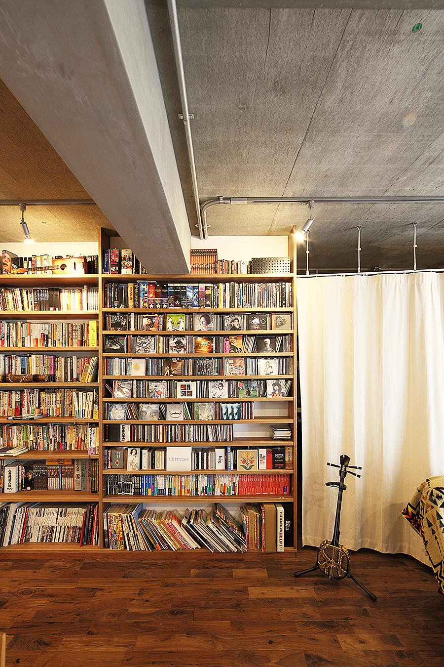 壁面収納、本棚、見せる収納、リビング、ワンルーム、リノベーション、無垢フローリング、トラスト、自然素材