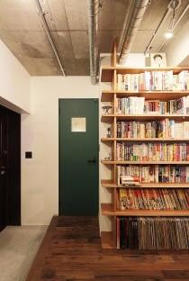 壁面収納、本棚、見せる収納、リビング、ワンルーム、リノベーション、無垢フローリング、トラスト、自然素材、玄関土間、躯体現し