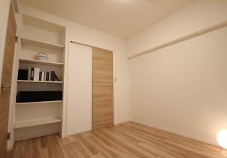 寝室、ベッドルーム、フローリング、リノベーション、リノステージ、可動棚、
