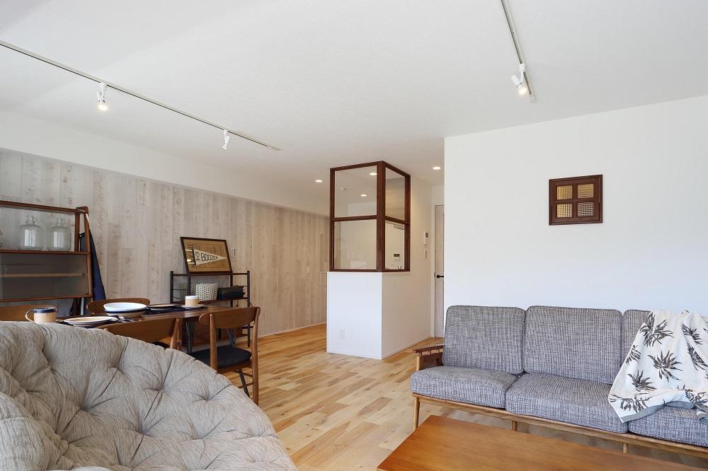 リノベーション、リビングルーム、無垢フローリング、自然素材、室内窓、ノルデックスタイル、