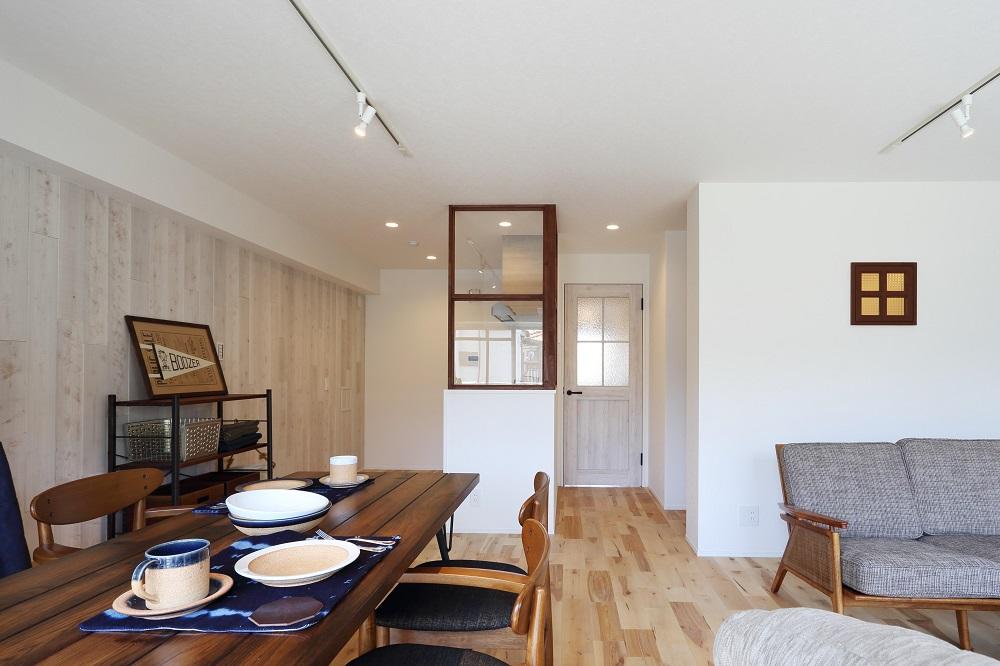 リノベーション、リビングルーム、無垢フローリング、自然素材、室内窓、アクセントウォール、ノルデックスタイル、