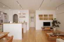 バーチ材、無垢フローリング、自然素材、床暖房、リビング、直貼り、リノベーション、スタイル工房、アーチ開口、室内窓