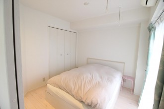 寝室、ベッドルーム、室内物干し、パイン材、無垢フローリング、自然素材、リノベーション、湘南リフォーム
