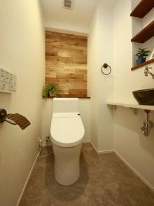 トイレ、無垢材、ナラ材、フローリング、古材パネリング、リノベーション、リノベの一歩、鎌倉
