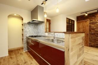 キッチン、カウンターキッチン、パントリー、アーチ開口、タイル貼、鏡面仕上げ、リノベーション、リノベの一歩、鎌倉