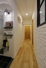 LOHAS studio、リノベーション、廊下、フローリング、マリンランプ、ブリックタイル、タイル壁